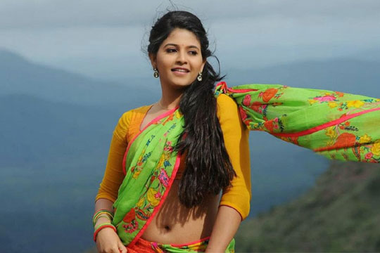 Andhra Babe back to Glam Attack !! Back to some spicy Skin Show...